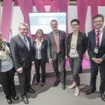 Bundesgesundheitsminister Hermann Gröhe mit seiner Delegation, Dr. Marion Stützle und Jens Kaltschmidt, Dosing GmbH (mitte) und Dr. Axel Wehmeier, Leiter der Telekom Healthcare Solutions (rechts).